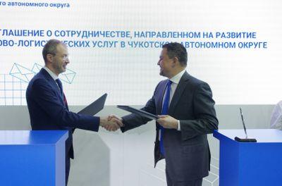 Генеральный директор АО «Почта России» Максим Акимов (справа) и губернатор Чукотского автономного округа Роман Копин