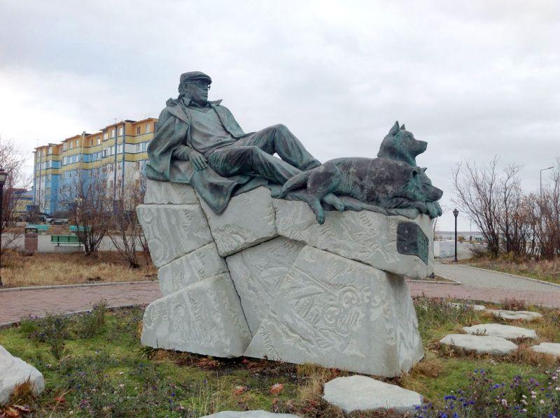 Памятник Рытхэу в центре Анадыря